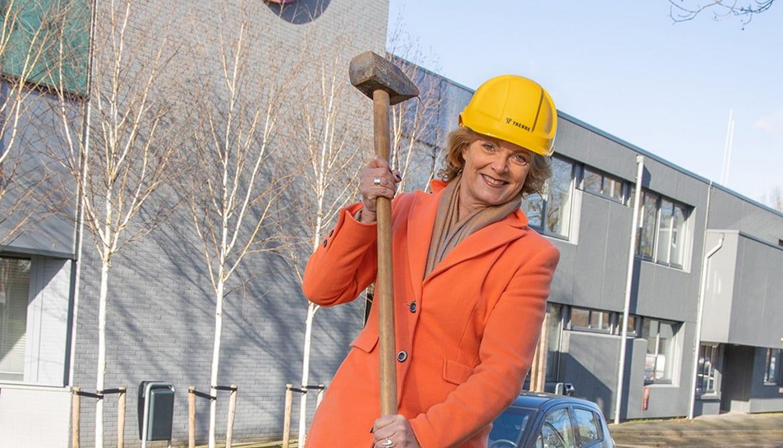 Tinka Rood slaat de eerste paal voor de 38 woningen die Trivire en Trebbe realiseren.